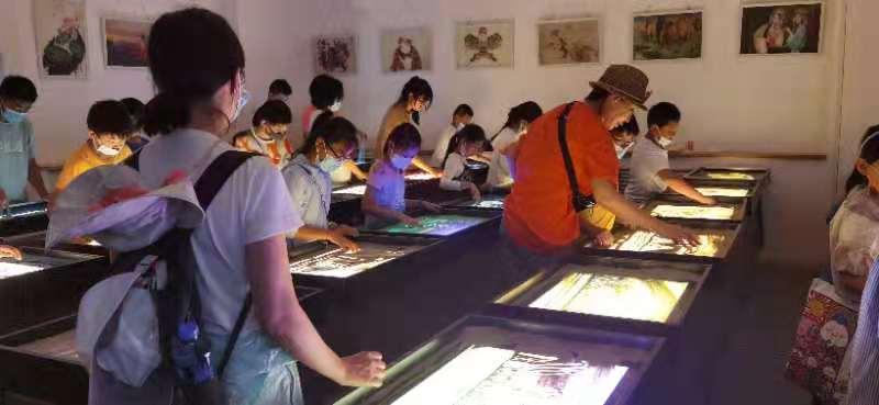 【研学之旅】国庆节游客在敦煌体验别样的沙画艺术
