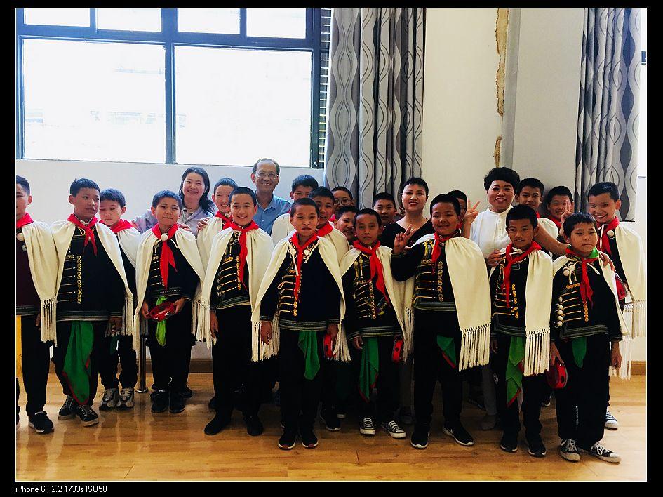 nEO_IMG_李扬、汪顺平、卢芳红和他们的彝族孩子在一起1.jpg