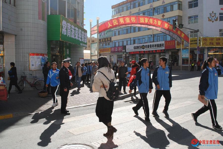 张掖肃南交警组织交通志愿者开展文明交通劝导志愿服务活动