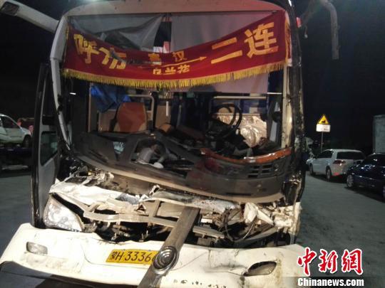 图为载客大巴车,受损严重。 尚虹波摄